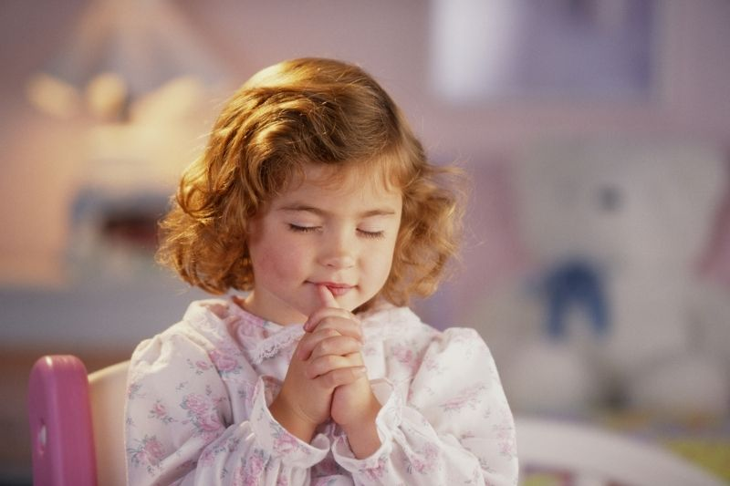 6 tips to raise a prayerful child